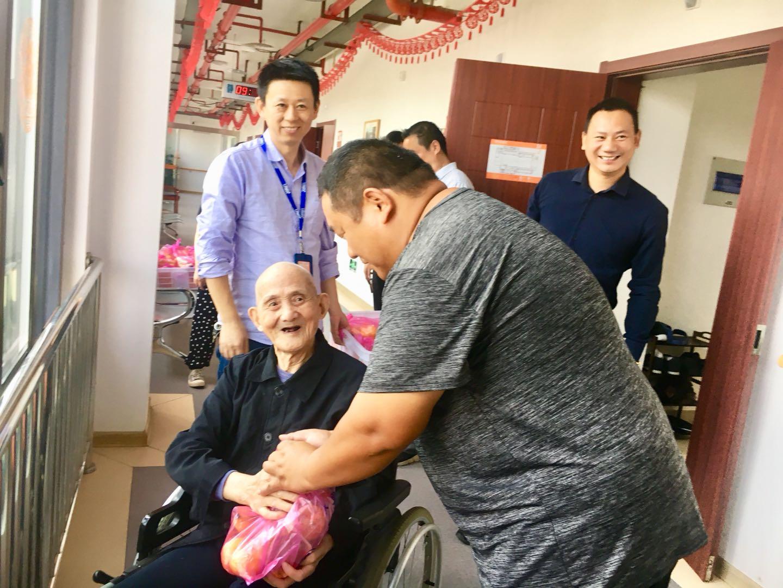 农民专业合作社建立党支部,第一项活动把爱心送给敬老院老人